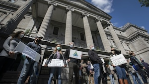 Regroupement de manifestants devant l'hôtel de ville de Montréal.