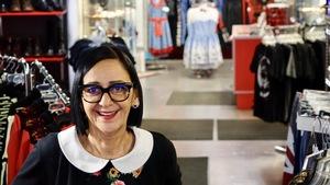 Manon Lachance sourit pour la caméra. Elle est dans sa boutique de Rivière-du-Loup.