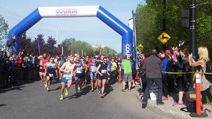 Les marathoniens ont foulé les rues de Longueuil dès 8 h dimanche matin.