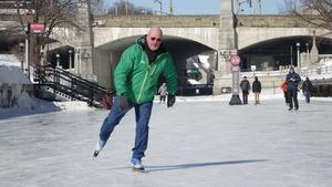 Marc Corriveau patine sur le canal Rideau.