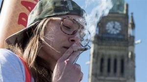 Un jeune fume un joint de marijuana
