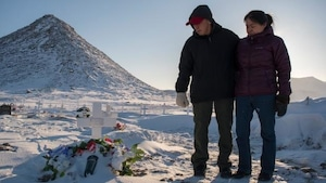 Matthew Kilabuk et Geela Kooneeliusie devant la tombe de leur fille.