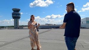 Maxime Denis et Laurianne Lapierre sur le toit de l'aéroport de Québec.