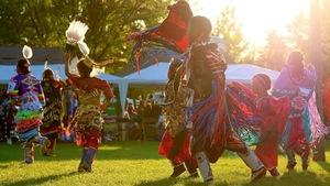 des jeunes filles en train de danser un pow-wow.