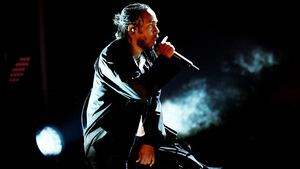 Kendrick Lamar, habillé de noir, en train de chanter lors la cérémonie des prix Grammy 2018