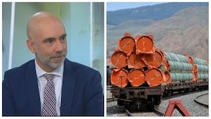 À gauche, le directeur parlementaire du budget Yves Giroux et des conduites en aciers du projet du pipeline Trans Mountain (à droite)