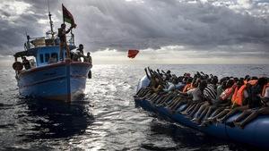 Des migrants secourus par un bateau de pêcheurs en Méditérranée.