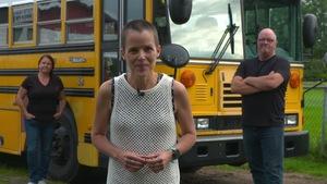 Mireille Roberge en premier plan, devant un autobus jaune, deux autres personnes sont à ses côtés.