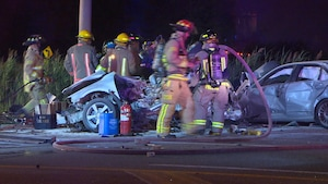 Des pompiers près des deux véhicules accidentés.