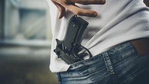 Une personne avec une arme à feu