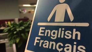 Une affiche où est écrit english français.