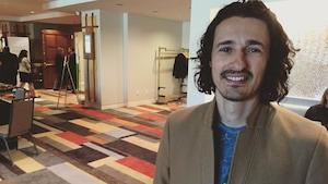 Mohamed Ali Mhalla souriant face à l'appareil photo, à l'hôtel Delta à Moncton.