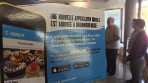 Créée à Drummondville, la nouvelle application Moment est déjà disponible. Son slogan est : « Vous serez toujours au bon endroit au bon moment » On voit ici une affiche promotionnelle.
