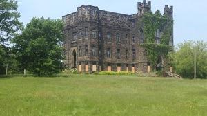 Un ancien édifice en forme de château