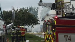 Les pompiers arrosent les flammes