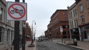 Les motocyclettes n'ont plus le droit de circuler sur cette portion de la rue des Forges à Trois-Rivières.