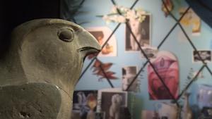 Des pièces exposées au Musée des beaux-arts de Montréal dans le cadre de sa présentation «Tout-Monde». On y voit une statuette d'une faucon en pierre.