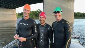 Trois nageurs sur la rivière Rouge en combinaison thermique.