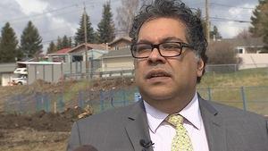 le maire de Calgary Naheed Nenshi dehors devant un chantier de construction.