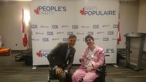 Un homme assis aux côtés d'une femme en fauteuil roulant.