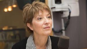 La journaliste et essayiste Pascale Navarro assise devant un micro, dans un studio radio.