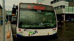 Un autobus du RTC stationné à l'aéroport de Québec