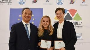 Navy Vézina et Abbie Leblanc, deux étudiantes de l'Université Saint-Thomas, en compagnie d'un juge de la Cour pénale internationale, Raul Pangalangan.