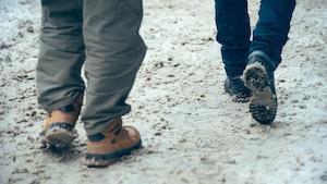 Piétons sur trottoirs enneigés