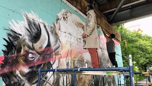 Les artistes Nereo II et John Padua en pleine création de l'oeuvre dévoilée le 1er juillet à La Fourche à Winnipeg