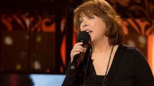 La femme chante avec un micro.