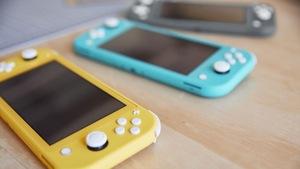 Une photo montrant trois consoles Switch Lite posées sur une table.