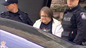 Une femme encadrée de deux policiers
