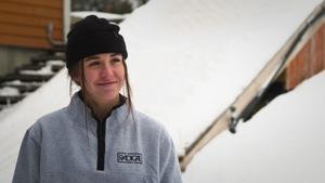 Olivia Asselin en entrevue devant une rampe d'entraînement