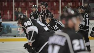 Des joueus des Olympiques de Gatineau en train de prendre une pause sur la glace du Centre Robert-Guertin.
