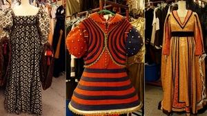 Trois robes flamboyantes sont mises de l'avant.