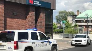 Des véhicules de police devant la Banque Nationale de Beauport