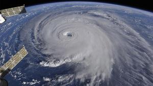 Vue en plongée d'un gigantesque tourbillon d'eau et d'écume représentant l'ouragan Florence vu à partir de la station spatiale internationale.