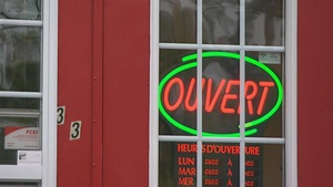 Une affiche lumineuse indique qu'un commerce est ouvert, à Gatineau.