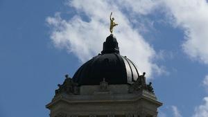 Une statue dorée trône sur la toiture du Palais législatif du Manitoba.
