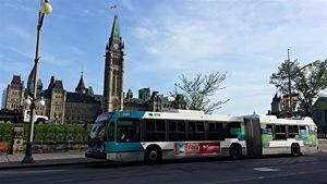 Un autobus de la STO devant le Parlement canadien, à Ottawa.