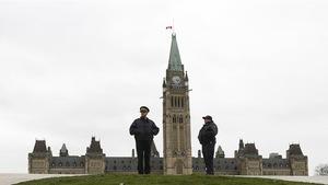 Des agents de la GRC devant le parlement à Ottawa. (Archives)