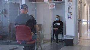 Deux personnes, un homme et une femme, assis dans une salle d'attente d'un cabinet médical.