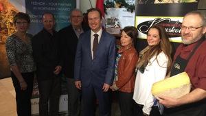 Le député fédéral de Sudbury, Paul Lefebvre, pose en compagnie de représentants de la région de Kapuskasing.