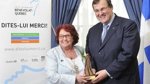 Pauline Blouin a reçu le prix Hommage bénévolat-Québec à l'Assemblée nationale des mains du ministre de l'Emploi et de la Solidarité sociale, François Blais.