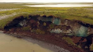 La fonte de la glace du pergélisol est visible sur cette côte dans le delta de Mackenzie, aux Territoires du Nord-Ouest.