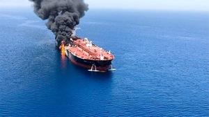 Un pétrolier après avoir été attaqué dans le golfe d'Oman.