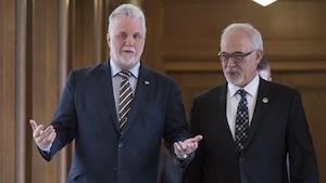 Le premier ministre Philippe Couillard et le ministre des Finances Carlos Leitao