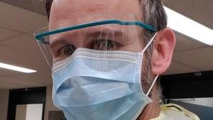 Philippe Lagacé-Wiens porte un masque et une visière.