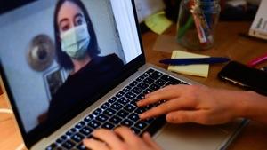 Deux membres du journal étudiant échangent virtuellement.