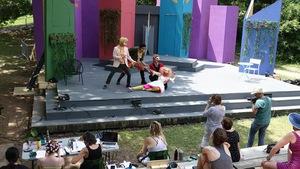 Des comédiens jouent une pièce de théâtre dans un parc.